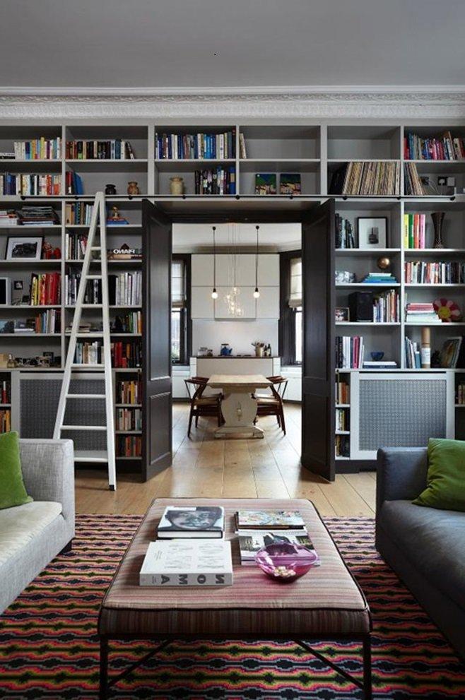 книжные полки вокруг дверного проема