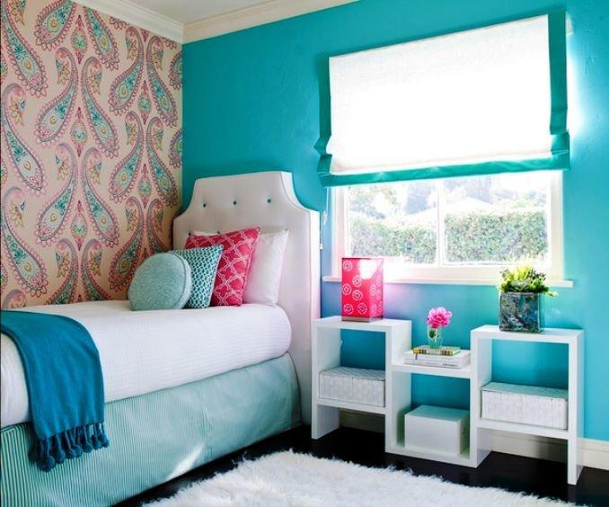 интерьер с акцентной стеной и белой мебелью
