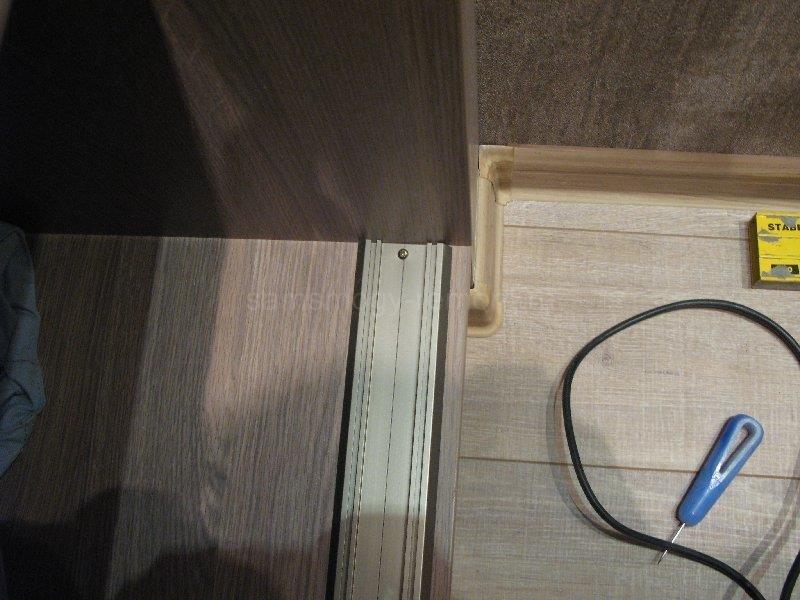 установка нижнего рельса в шкаф-купе