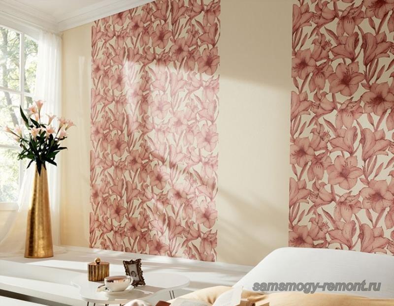 Вертикальное направление увеличивает высоту, светлый угол визуально расширяет стену спальни