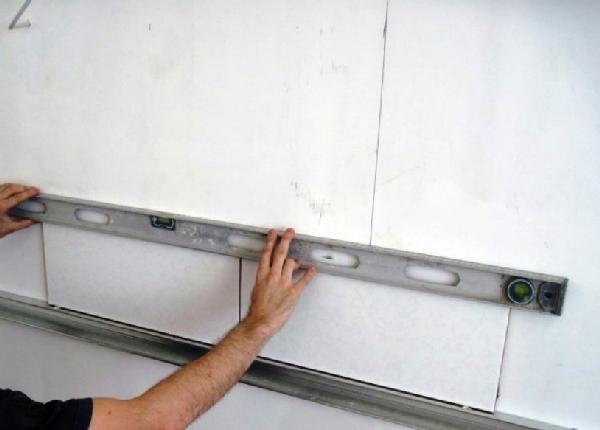 проверка уровнем качества укладки плитки